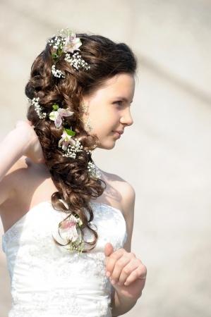 Haardraht mit Blüten im Haar für die Braut